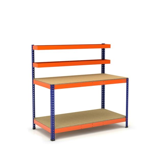 Mesa de trabajo con cestas y bandeja azul y naranja con aglomerado