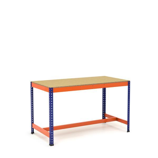 Mesa de trabajo con reposapiés azul y naranja con aglomerado
