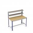 Mesa de trabajo con cestas y reposapiés azul y gris con aglomerado