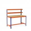 Mesa de trabajo con cestas y reposapiés azul y naranja con aglomerado