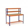 Mesa de trabajo con repisa y reposapiés azul y naranja con aglomerado