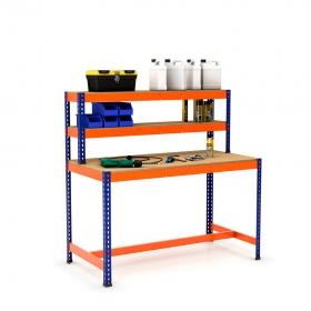 Mesa de trabajo con repisa y reposapiés azul y naranja con aglomerado y producto